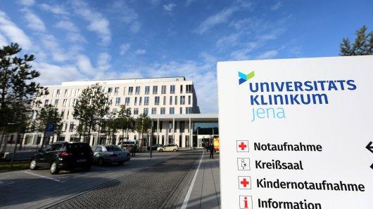 Die Uniklinik Jena rüstet für weiter Corona-Patienten auf. Eine Halle, in der sonst Einsatzfahrzeuge stehen, wurde bereits umgebaut.