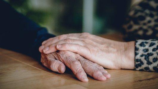 In Jena darf eine Seniorin trotz Kontaktverbot Besuche im Pflegeheim empfangen (Symbolbild).