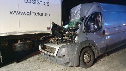 Beim Anblick dieses Bildes kaum zu glauben: Ungebremst fuhr der Transporter auf das Lkw-Heck auf, doch der Fahrer erlitt nur leicht Verletzungen.