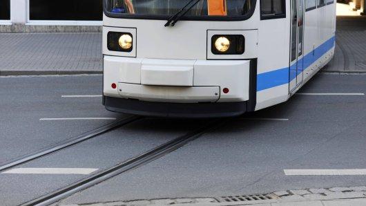 In Jena ist ein mann von einer Straßenbahn erfasst worden. Er war wohl abgelenkt... (Symbolbild)