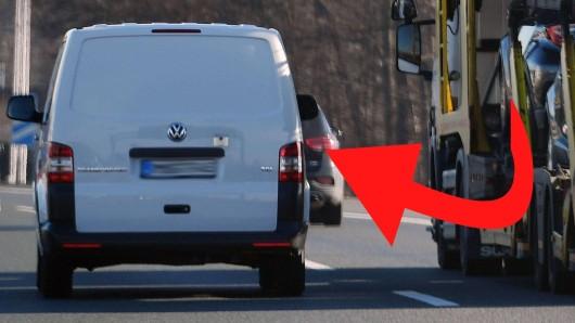 Ein Transporter des FC Karl Zeiss wollte in Jena unter eine Brücke hindruch fahren. Doch die Aktion geht mächtig schief (Symbolfoto).