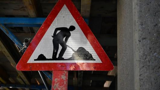 Auf einer Baustelle in Jena haben Arbeiter bei Tiefbauarbeiten eine schaurige Entdeckung gemacht. (Symbolbild)