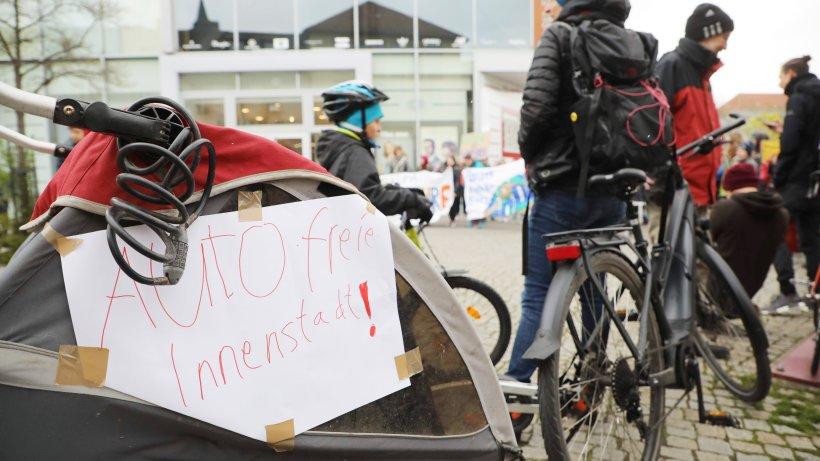 Jena: Plakate verwirren! Sind Autos ab 1. Mai in der Innenstadt verboten? Das steckt dahinter
