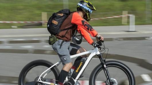 Auf einer Test-Strecke probieren die Fahrrad-Fans die Räder aus.