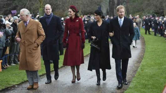 Prinz Charles, Prinz William, Kate, Herzogin von Cambridge, Meghan, Herzogin von Sussex und Prinz Harry kommen an, um am Weihnachtsmorgen am Gottesdienst in der St. Mary Magdalene Church in Sandringham, Norfolk, teilzunehmen.