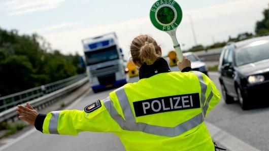 Die Polizei fand bei zwei jungen Männern auf der A9 eine gefährliche Waffe.
