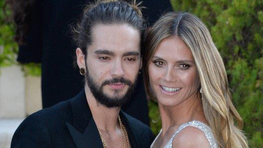 Tom Kaulitz ist empört über eine Hass-Rezension. Hier zeigt er sich mit seiner Verlobten Heidi Klum auf der amfAR-Gala.