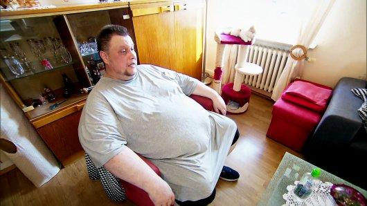 Carsten (42) wiegt 200 Kilo. Ohne die Hilfe seiner Frau kann er seinen Alltag schon lange nicht mehr selbstständig bewältigen.