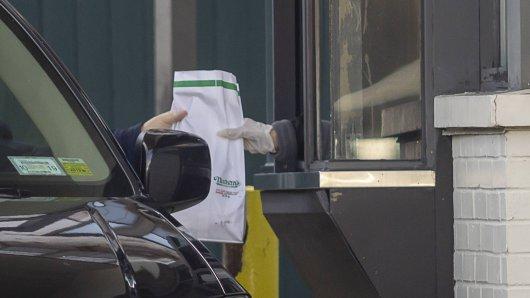 Nachdem der Mann sein Essen entgegen genommen hatte, rief die Mitarbeiterin die Polizei. (Symbolfoto)