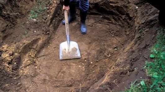 Eine junge Frau vergrub ihr Baby. (Symbolbild)