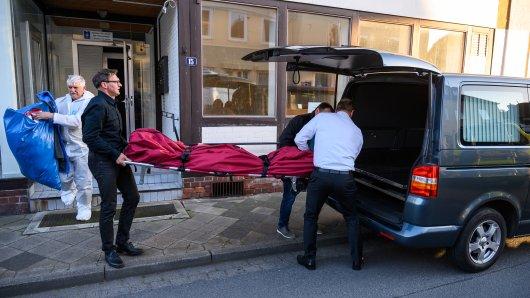 Passau: Ermittler tragen eine Leiche aus der Wohnung.