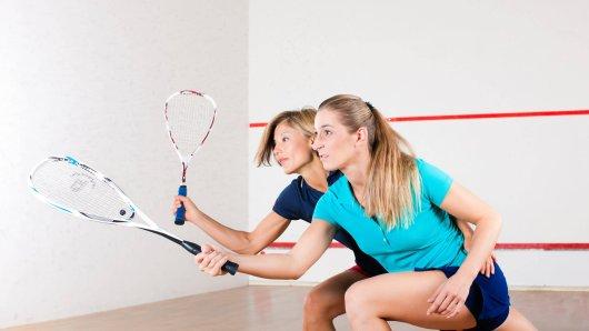 Als die Siegerinnen eines Squash-Tuniers ihren Preis erhalten, sind sie fassungslos.