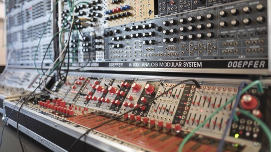 Ein analoger, modularer Synthesizer.