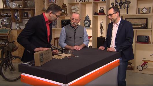 Horst Lichter schaut sich das mysteriöse Küchenutensiel an.