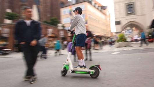 Kuriose Aktion in München. Ein E-Scooter Nutzer sorgt mit einem verrückten Transport für Aufsehen.