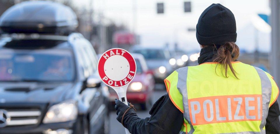 Eine Verkehrskontrolle durch Polizei. (Symbolbild)