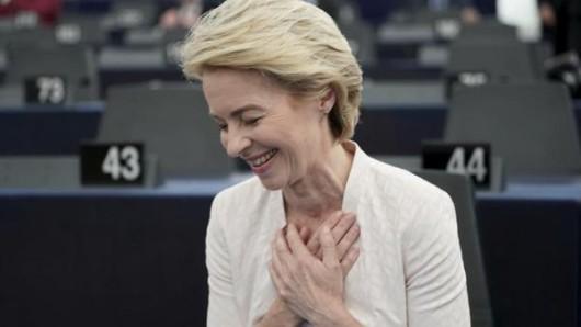 Ursula von der Leyen freut sich nach der Bekanntgabe der Wahlergebnisse im Plenarsaal.