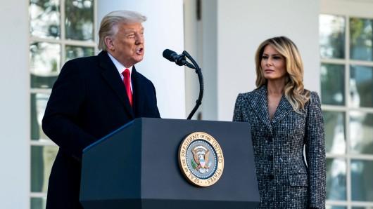 Donald Trump mit seiner Frau Melania bei seiner Rede zu Thanksgiving.