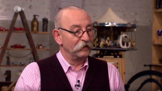 """Das sieht man selten! """"Bares für Rares""""-Moderator Horst Lichter ist sprachlos, als er die mitgebrachte Rarität sieht."""