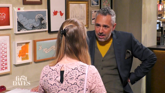 First Dates (Vox): Da musste der Gastgeber Roland Trettl einmal nachfragen. Darf DIESE Kandidatin überhaupt schon bei seiner Show dabei sein?