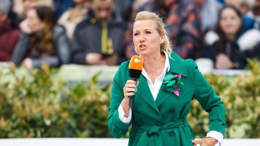 """""""Fernsehgarten""""-Moderatorin Andrea Kiewel lässt zu Beginn der Sendung die Bombe platzen."""