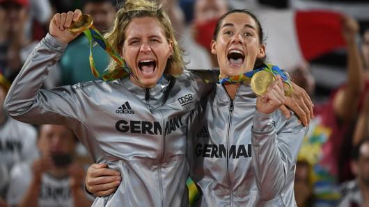 Laura Ludwig (l.) und Kira Walkenhorst freuen sich über Gold.