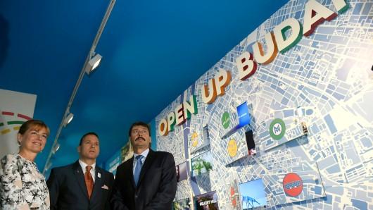 Ungarns Präsident Janos Ader (r.) und seine Frau, Anita Herczegh (l.), bei einer Ausstellung in Rio, die für Olympia 2024 in Budapest wirbt.