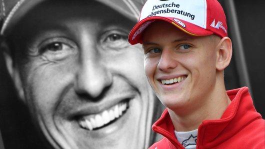 Mick Schumacher vor einem Bild seines Vaters Michael.