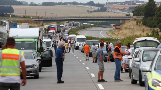 Sieben Stunden lang war die A4 zwischen Eisenach und Bad Hersfeld voll gesperrt. Ein Lastwagen hatte mitten in der Fahrt Feuer gefangen und die Fahrbahn stark beschädigt. (Symbolbild)