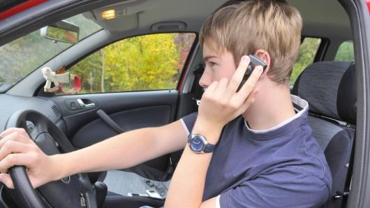 Eine Mutter ließ in Arnstadt das Auto von ihrem 15-jährigen Sohn umparken. Die Polizei erwischte den Jugendlichen dabei. (Symbolfoto)