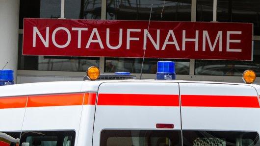 Ein Krankenwagen steht vor einer Notaufnahme