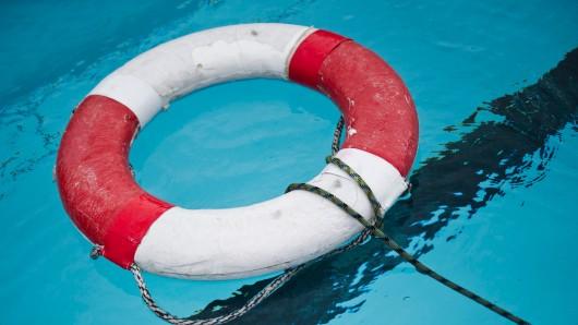 Ein Kind ist bei einem Unfall im Schwimmbad von Geraberg schwer verletzt worden. (Symbolbild)