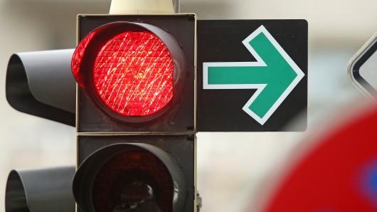 Rote Ampel und grüner Pfeil