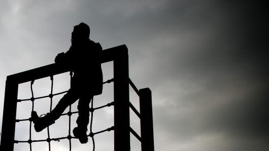 Ein kleines Mädchen spielt am 17.02.2013 in Großenwieden (Niedersachsen) auf einem Kinderspielplatz.