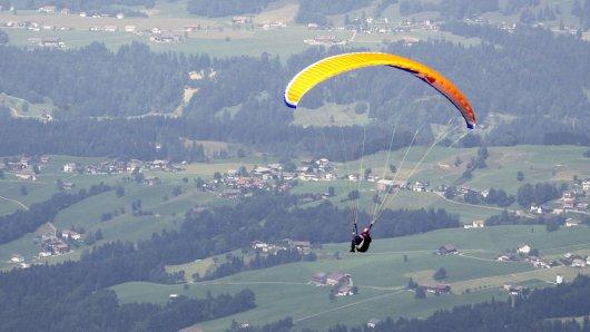 Beim Paragliding ist in Thüringen ein Mann abgestürzt.