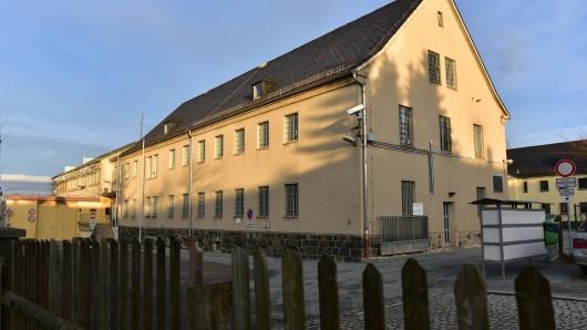 Vor der JVA Hohenleuben in Thüringen haben sich viele Menschen versammelt. Die Polizei rückte aus.