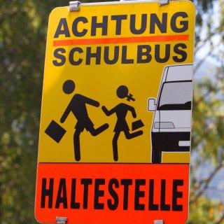 Ein Schild warnt Autofahrer: An der Haltestelle könnten Schulkinder unvorsichtig die Straße betreten. (Symbolfoto)