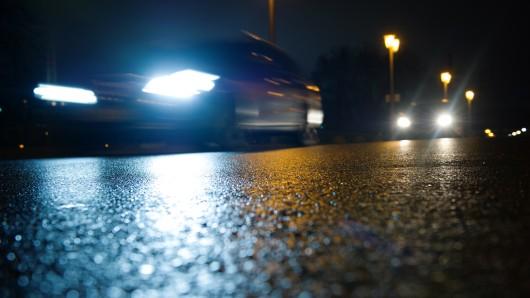 Kurz vor Mitternacht wurde der Autofahrer auf die Frauen im Wartburgkreis und ihr Hindernis aufmerksam. (Symbolbild)