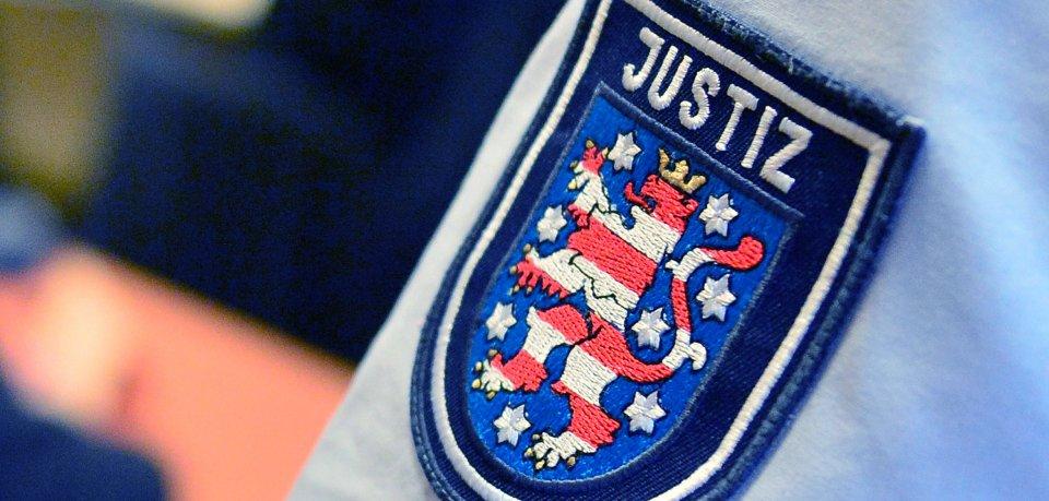 Der Schriftzug Justiz ist auf dem Hemd eines Thüringer Justizbeamten zu sehen.