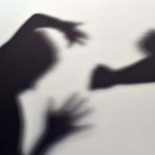 Illustration: Person schlägt mit Faust auf andere Person ein.