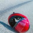 Unfall mit Motorrad. Verkehrsunfall mit Bremsspur auf Straße.