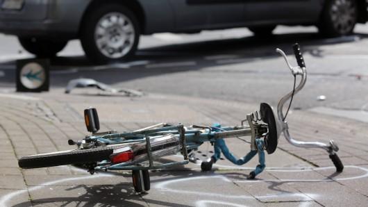 In Sonneberg in Thüringen hat ein Jugendlicher bei einem Unfall mit einem Auto schwere Verletzungen erlitten.