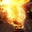 Eine Stichflamme aus heißem Fett und Löschwasser zeigt am 28.11.2013 die Feuerwehr in Düsseldorf (Nordrhein-Westfalen). Die Brandschützer wollen mit dieser Aktion auf die Gefahren aufmerksam machen, die zur Advents- und Weihnachtszeit vermehrt entstehen.