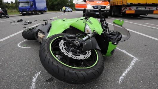 Ein Motorradfahrer hat am Sonntag offenbar übersehen, dass sich vor ihm ein Stau gebildet hatte. Er fuhr auf das Ende auf und erlitt beim Sturz schwere Verletzungen.(Symbolbild)
