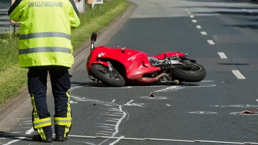 Ein Motorradfahrer ist in Jena gestürzt und hat sich dabei schwer verletzt. (Symbolbild)