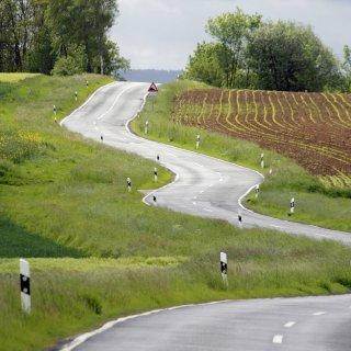 In einer langgezogenen S-Kurve zwischen Schwarza und Kühndorf geriet eine Autofahrerin in den Gegenverkehr. (Symbolfoto)
