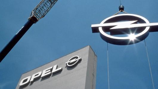 1992: Das zweite Opel-Logo auf dem Weg zu seinem Bestimmungsort über dem Eisenacher Werk.