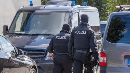 Polizisten einer Spezialeinheit gehen am 28.08.2017 auf ein Grundstück in Banzkow (Mecklenburg-Vorpommern). Die Anti-Terror-Razzia beschäftigt am 14.09.2017 den Innenausschuss des Landtags. Innenstaatssekretär  Lenz soll Bericht erstatten.