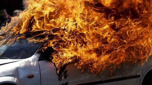 Bei Bad Langensalza brannte ein Auto komplett aus. (Symbolbild)