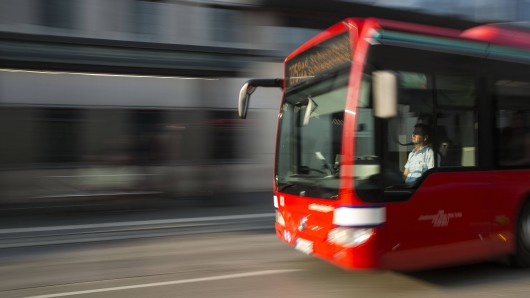 Ein Busfahrer hat in Thüringen einen Unfall gebaut und seine Fahrt einfach fortgesetzt. Mit reinem Gewissen.